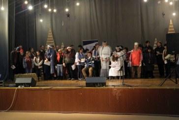 Serbare de Craciun oferita de tinerii cu dizabilitati de la ASSOC si Centrul pentru Persoane cu Handicap Pinochio din Carbunar (FOTO)