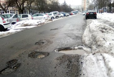 Din oras: Gropile isi fac aparitia si pe strada Dragos Voda (FOTO)