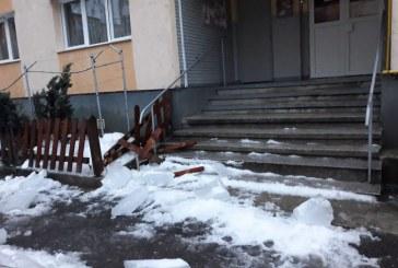 GALERIE FOTO-Pericol pentru trecatori! Bucati mari de gheata au cazut pe trotuar. Bolovanii din zapada inghetata s-au desprins de pe acoperisurile mai multor imobile din Baia Mare
