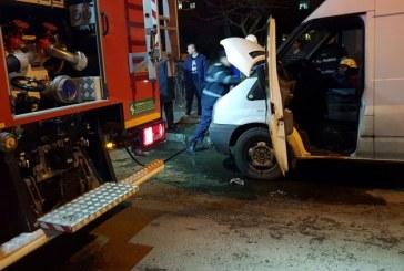FOTO-Baia Mare: Pompierii au intervenit, in aceasta seara, pe strada Matei Basarab. Soferul unei autoutilitare a fost cel care i-a chemat