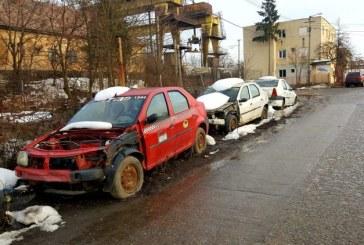 """Masini abandonate pe strada Motorului. Localnicii ravnesc dupa locurile de parcare insa autoritatile sunt """"legate de maini si de picioare"""""""