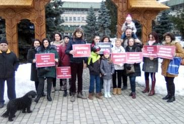 Protest la Prefectura Maramures al parintilor copiilor cu dizabilitati