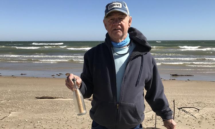 SUA: Un cuplu a descoperit un mesaj vechi de 56 de ani intr-o sticla pe o plaja din Texas