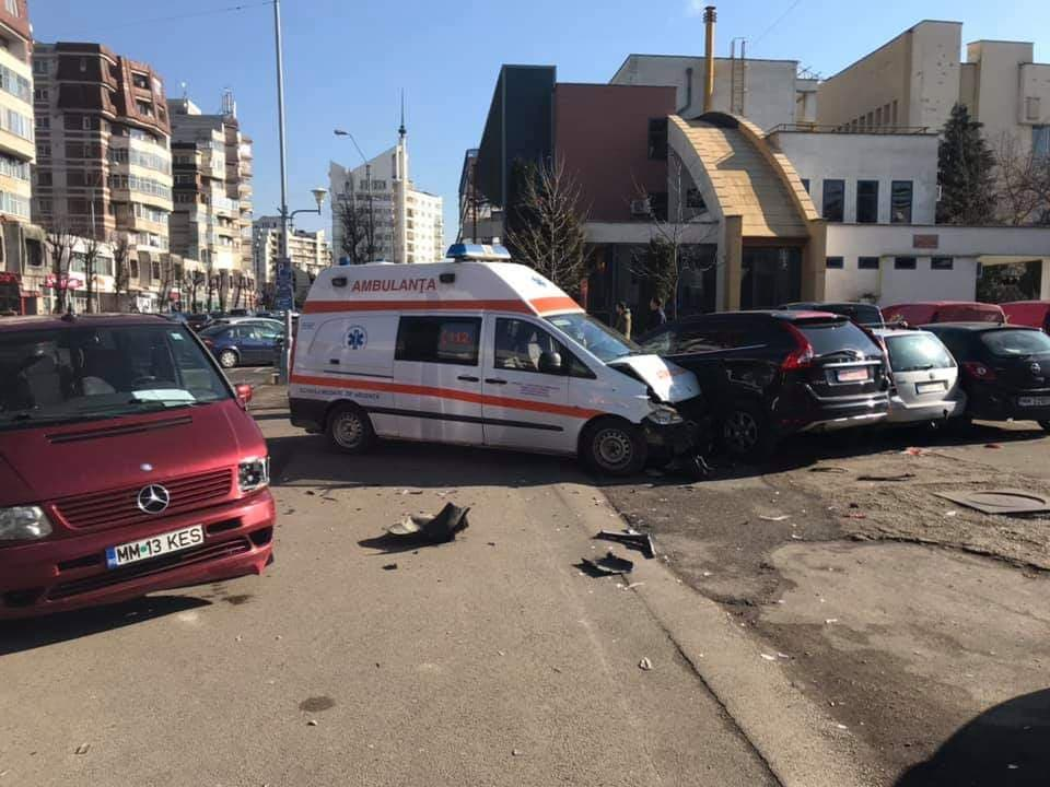 UPDATE - Baia Mare: Ambulanta implicata intr-un accident rutier, pe bulevardul Traian