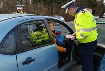 Martisoare oferite de politistii maramureseni mai multor soferite