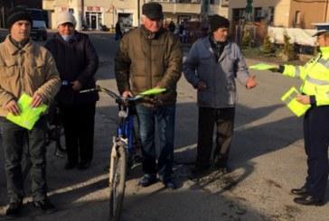 Politistii din Seini au oferit 25 de veste reflectorizante biciclistilor cu care s-au intalnit in trafic