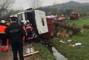 Un camion incarcat cu lemne s-a rasturnat in Barsana