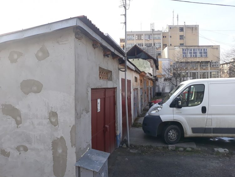 """Pregatiri de demolare: Executorul judecatoresc va bate la usa detinatorilor de garaje din zona Colegiului National """"Mihai Eminescu"""", din Baia Mare"""