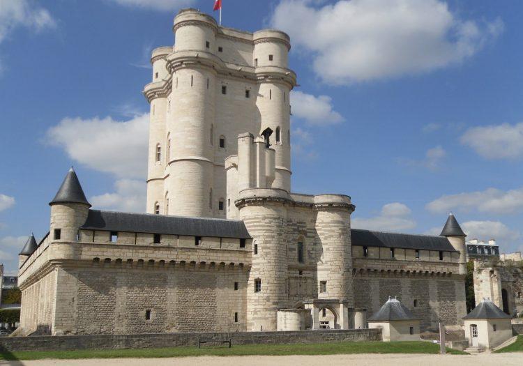 Mireille Mathieu va sustine un concert in castelul marchizului de Sade