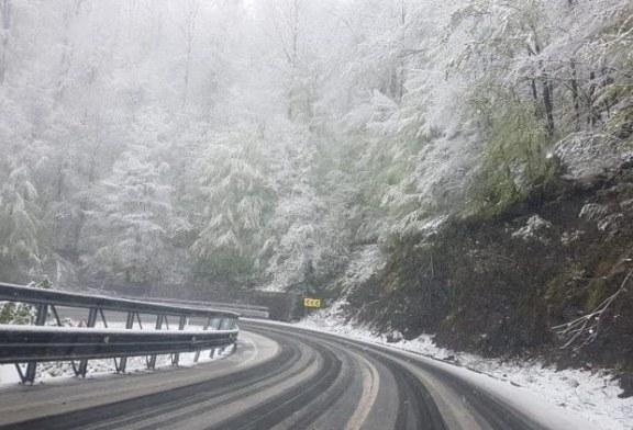 Zapada in Pasurile montane Gutin si Prislop. Drumarii au imprastiat, pe DN18, 3t de sare