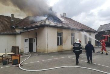 Incendiu la scoala Valeni. O parte din acoperis a ars, iar 10 calculatoare au fost distruse