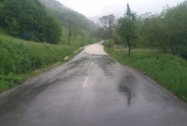 UPDATE: Trafic restrictionat intre Viseu si Bogdan Voda dupa ce paraul Bocicoel s-a revarsat pe carosabil