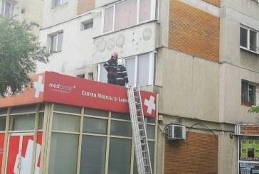 (FOTO) Pompierii baimareni au intervenit la un bloc cu zece etaje de pe care cadea tencuiala