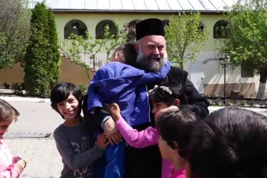 Manastirea Dumbrava din Alba inseamna acasa pentru 130 de copii orfani. Povestea preotului Vasile
