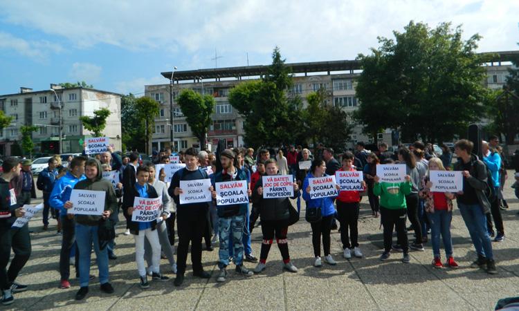 Protest impotriva desfiintarii Scolii Populare de Arta