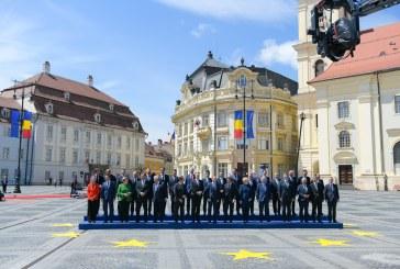 Liderii UE, primiti cu steaguri si urale la Sibiu; la pas prin centrul Sibiului (VIDEO)