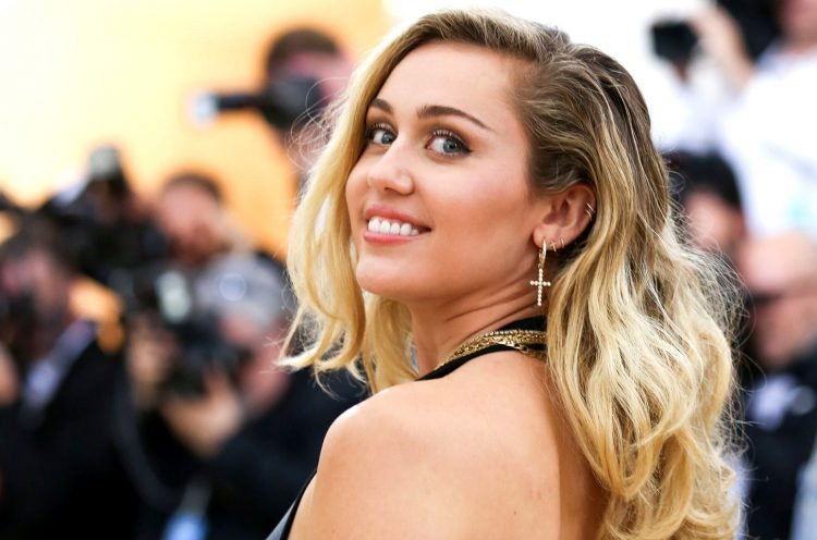 Miley Cyrus a lansat un nou material discografic, intitulat ''She Is Coming''