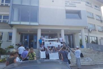 """Pensionarii de la IPEG cer recalcularea pensiilor la fel ca la mineri. Astazi, au protestat in fata la CJP Maramures. Lucica Pop: """"E dreptul lor sa protesteze. Noi avem constiinta impacata"""""""