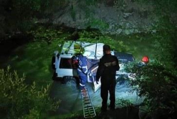 (FOTO)O masina a plonjat in raul Cisla. Pompierii din Borsa au intervenit pentru a scoate victimele