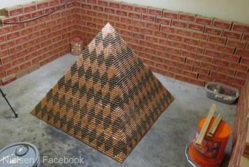 Un american vrea sa doboare un record mondial cu o piramida alcatuita din peste 1 milion de monede de un cent