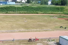 Terenul de atletism din Baia Mare s-a transformat in loc de plaja. Reactia unei baimarence revoltate (FOTO)