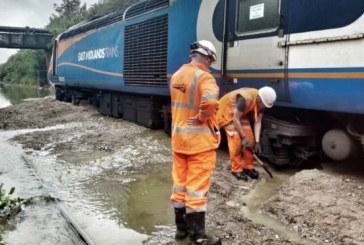 Marea Britanie: Sute de pasageri blocati si zeci de proprietati afectate in urma inundatiilor