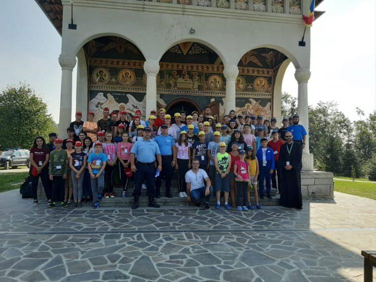 """Jandarmii s-au alaturat copiilor care au vizitat Manastirea ,,Sfantul Prooroc Ilie-Dealul Mare"""" din Coroieni"""