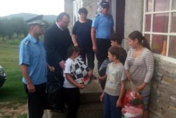 Cadouri oferite de jandarmii maramureseni unei familii cu 13 copii