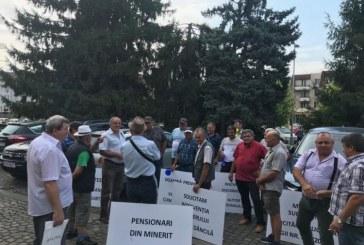 Baia Mare: Pensionarii IPEG protesteaza in fata Palatului Administrativ