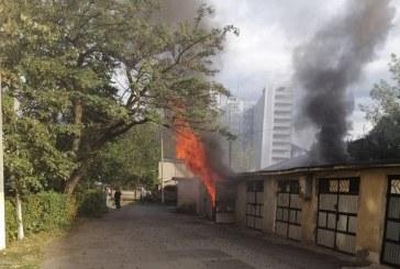 FOTO – Baia Mare: Incendiu la un garaj de pe strada Cuza Voda, pompierii intervin