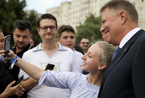 Motivele pentru care romanii semneaza in numar mare pentru candidatura lui Iohannis. GALERIE FOTO