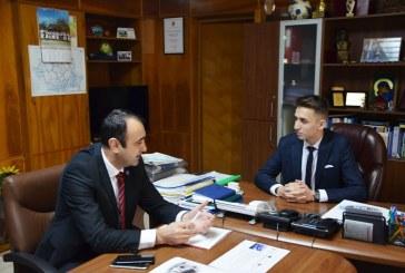 """Un elev de la Liceul Teoretic """"Emil Racovita"""" din Baia Mare a fost """"Prefect pentru o zi"""""""