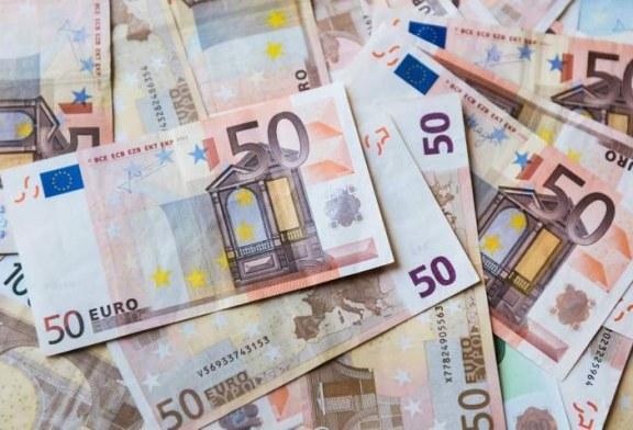 Euro si mai aproape de 4,8 lei