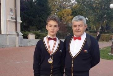 Fotografia zilei: Traian Tus si profesorul Lucian Stoian, argint la Olimpiada Internationala de Astronomie