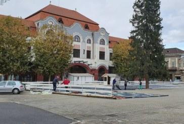 Baia Mare: Se monteaza patinoarul in Piata Libertatii (FOTO)