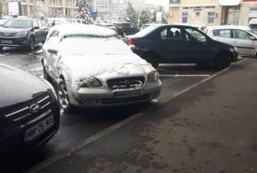 """Baia Mare: Si-a """"uitat"""" masina pe doua locuri de parcare langa Sala Polivalenta """"Lascar Pana"""". Ce face, Politia Locala?"""
