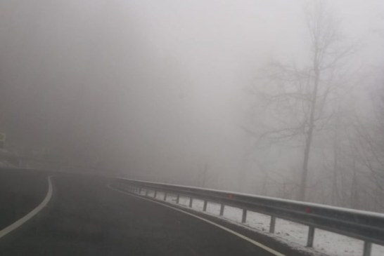 Info trafic: Circulatia rutiera se desfasoara in conditii de iarna. Vizibilitatea este redusa de ceata, sub 100 de metri, in Pasul Gutai