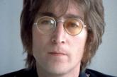 O pereche de ochelari de soare ai cantaretului John Lennon, vanduta cu 137.500 de lire sterline