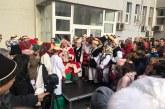Mos Craciun, ajutat de unul dintre renii sai, a adus daruri pentru copiii angajatilor Spitalului Judetean