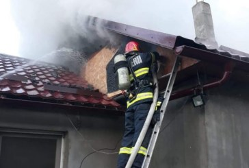(FOTO)Incendiu la o casa din localitatea Sasar. Pompierii baimareni intervin pentru lichidarea focului