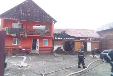 Flacarile au cuprins acoperisul unei case din Borsa. Initial focul a izbucnit la o anexa, insa acesta s-a extins