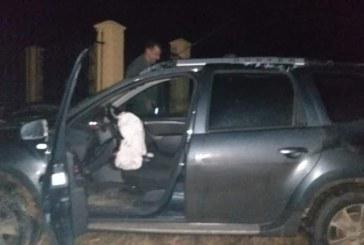 ACTUALIZARE – (GALERIE FOTO) Edilul din Remetea Chioarului a intrat cu masina Primariei in gardul curtii fiului fostului primar