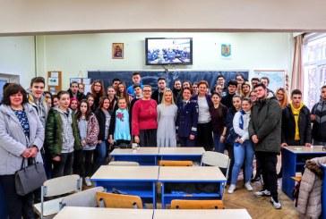 """La Liceul Teoretic """"Emil Racovita"""" din Baia Mare: Promovarea profesiei de politist in """"Scoala Altfel"""""""