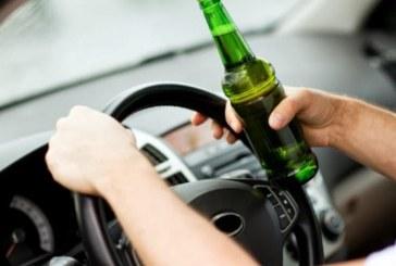 Seini: S-a urcat băut la volan şi a ajuns cu autoturismul pe plafon, în albia unui pârâu