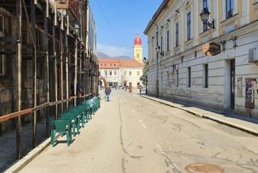 Masuri: Scaune amplasate afara pentru cetatenii care asteapta la Directia de Venituri din Centrul Vechi