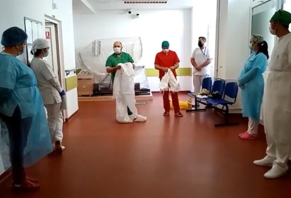 Un medic de la Spitalul Județean Baia Mare își instruiește zilnic colegii cu privire la echipamentul de protecție (VIDEO)