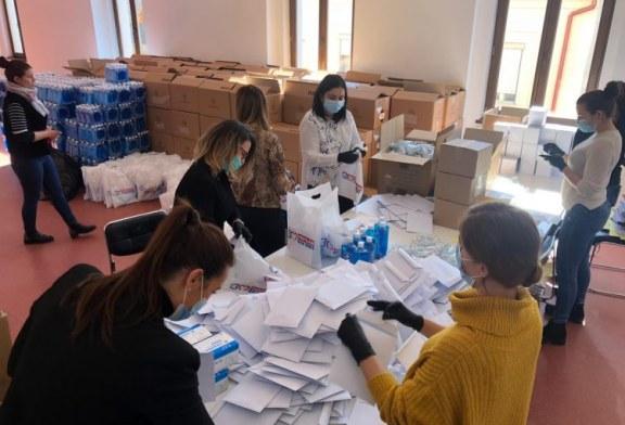 Angajatele Primăriei Baia Mare pregătesc cele 50.000 de pachete. Vezi aici, ce conține pachetul (FOTO)
