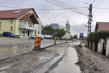 """Fotografia zilei: Apa băltește acolo unde se pune """"praful"""" pe lucrare, Gârdani, Maramureș"""