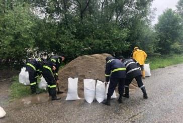 Fotografia zilei: Pompierii din Vișeu de Sus au intervenit pentru supraînălțarea unui zid de protecție, în comuna Bistra