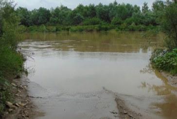 Percheziții la persoane din Baia Mare și Mireșu Mare bănuite că exploatau agregate minerale pe malul râului Someș, fără să dețină permis sau licență